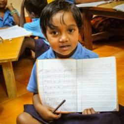 bimbo con quaderno